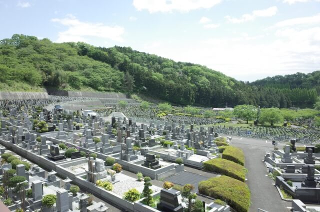 多くの有名人が眠る霊園・墓地 class=