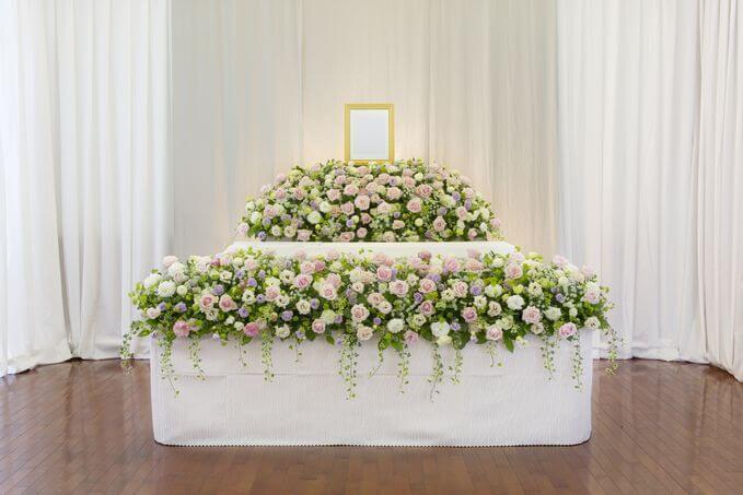 オーソドックスな花祭壇のサンプル