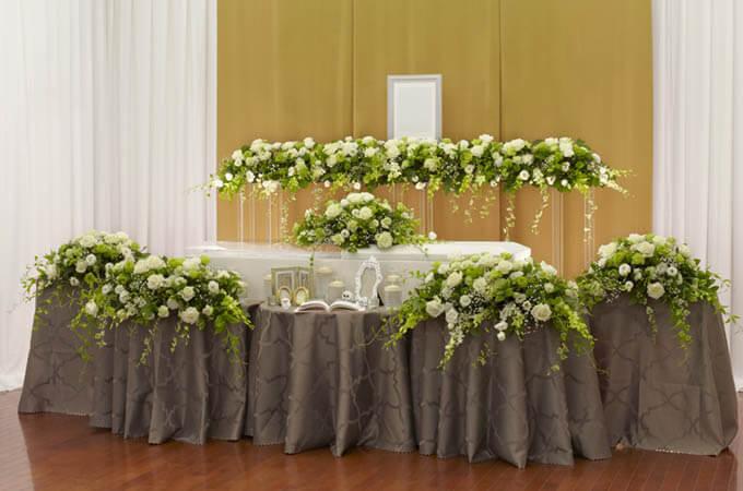 ナチュラルな花祭壇のサンプル